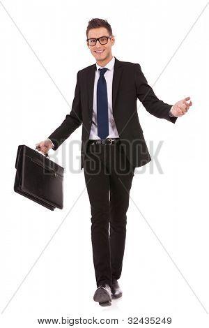 Young Business Man Brillenträger und gemütlich beim Wandern, auf weißen Zwillingsvulkane Fall Hand holding
