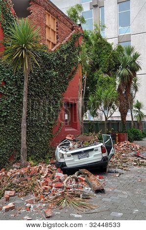 Terremoto de Christchurch - coche aplastado por pared de ladrillo en la calle de Montreal.
