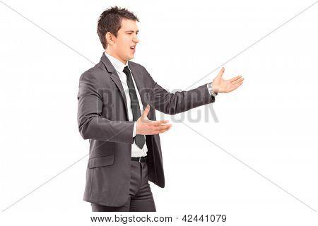 Jovem profissional em um terno argumentando isolado no fundo branco