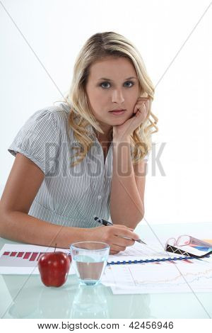 Junge Frau, die Arbeiten an ihrem Schreibtisch