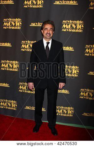 LOS ANGELES - 15 de fevereiro: Joe Mantegna chega em 2013 MovieGuide Awards no Universal Hilton Ho