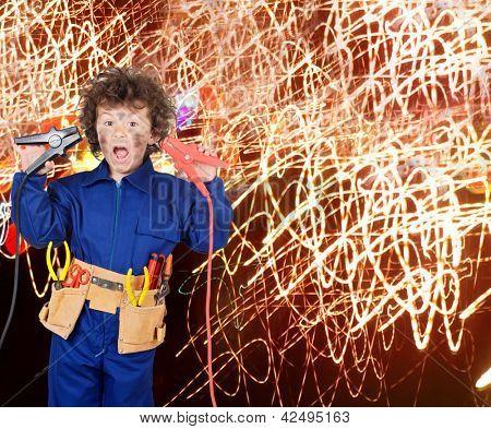 Funny little boy simulando electrocución con muchas chispas