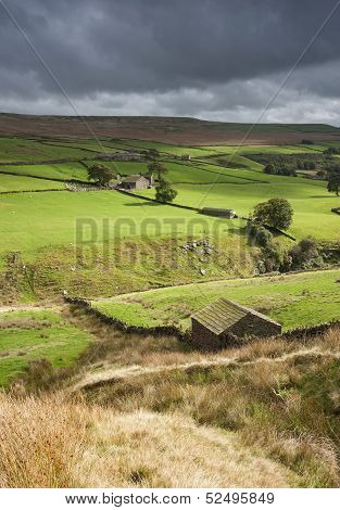 yorkshire dales stone shepherd hut in the landscape