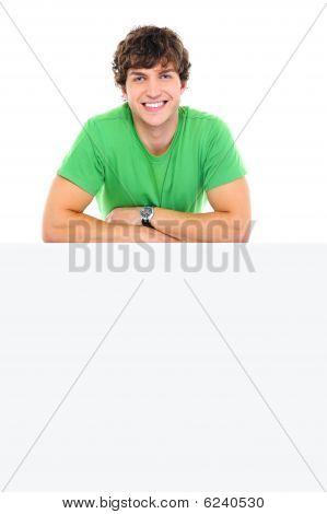 glücklicher Mann auf die leere Banner lean