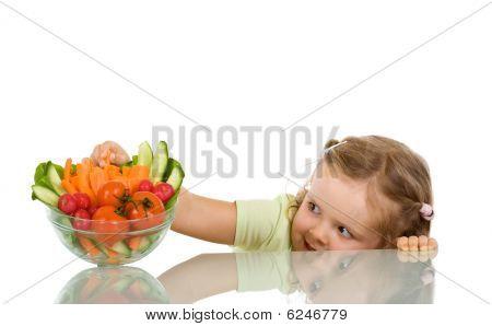 kleines Mädchen Gemüse stehlen