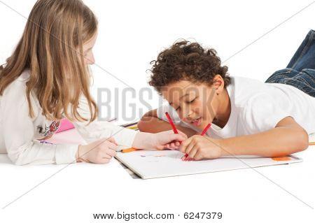 Interracial Kinder zeichnen zusammen, isoliert auf weiss