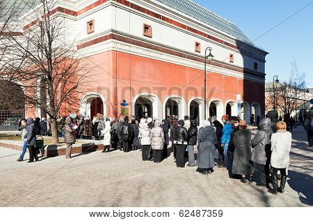 Tourist Line In Tretyakov Gallery, Moscow