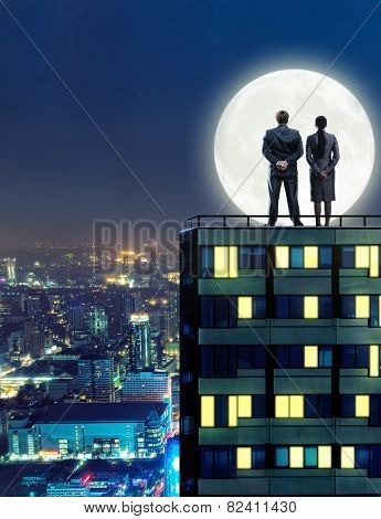 Business peopleon the roof at night