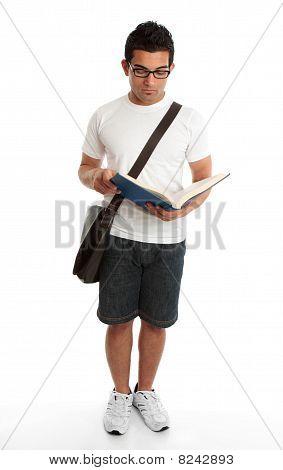 Estudante de pé lendo livro estudando