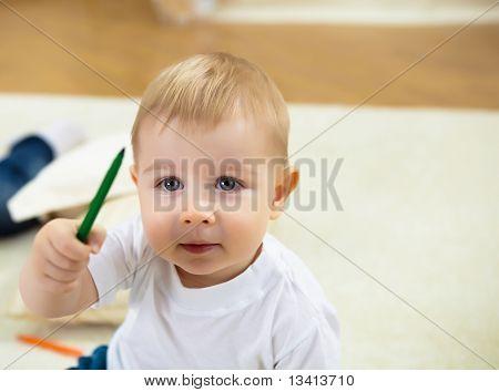 kleiner Junge mit Farbstiften zeichnen