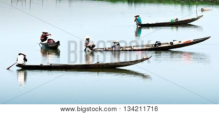 Hue, Vietnam, May 29, 2016 fishermen groups, the Tam Giang, Hue, fishing on the river