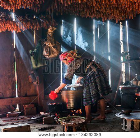 YEN BAI, VIETNAM, September 12, 2015 woman, Hmong, high mountains, Yen Bai, cooking with wood stoves