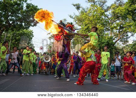 HA NOI, VIET NAM, April 29, 2016 the youth group, entertainment, fire, dragon dance festival, on the street, Ha Noi. Celebrate the liberation of the country