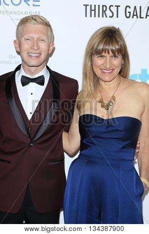 LOS ANGELES - JUN 13:  Seth Maxwell, Catherine Hardwicke at the 7th Annual Thirst Gala at the Beverly Hilton Hotel on June 13, 2016 in Beverly Hills, CA