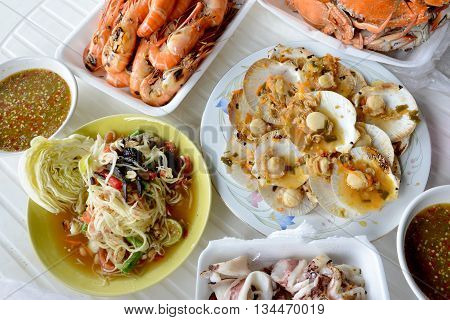 Baked scallops with garlic butter and other seafood dishes