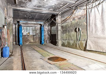 Picture of an old and dirty carwash garage.