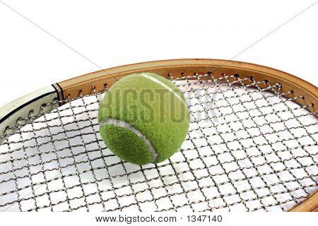 Bola de tênis em cima da raquete de tênis