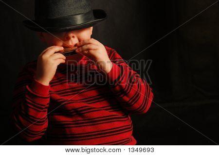Junge mit Mundharmonika