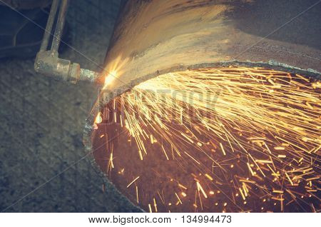 Metal cutting with acetylene torch.Staraya rusty pipe.
