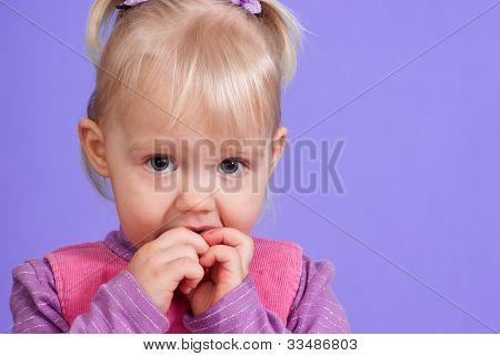 ein kleines charmantes caucasian Mädchen spielt