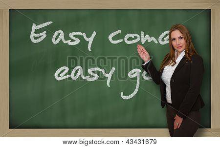 Profesor mostrando fácil viene, fácil ir en pizarra
