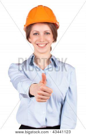 Mädchen in einem Schutzhelm zeigt, dass alles o.k.