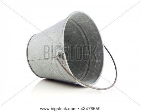 leere schräge Blech Eimer isoliert auf weißem Hintergrund