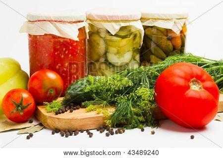 Frascos de encurtidos. Marinado de pepino, tomate, calabacín