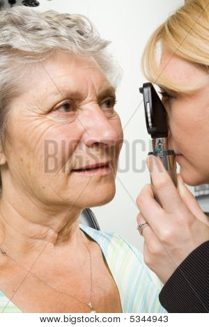 Lady mit Test Augenuntersuchung