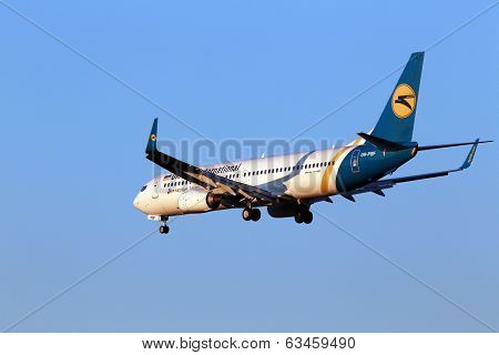 Landing Ukraine International Airlines Boeing 737-800 aircraft
