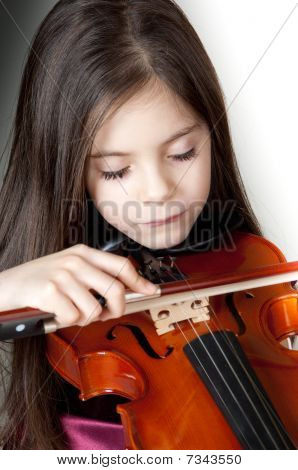 little girl play violin