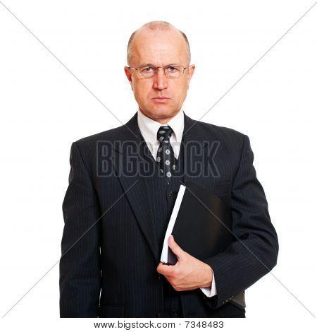 Hombre serio con documentos