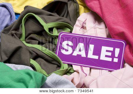 Постер, плакат: Одежда на блошиный рынок продажи, холст на подрамнике