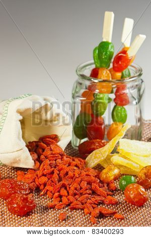 The composition of a mixture of dried fruit and goji berries