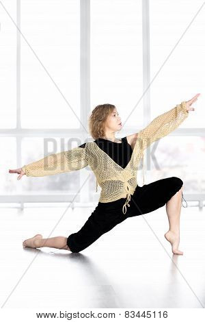 Sporty Female Dancing, Balancing In Lunge Pose In Class