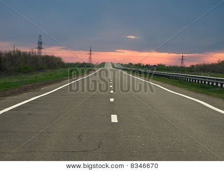 leere Weg zum Horizont am Abend