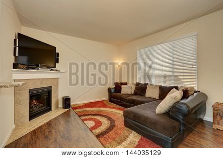 Family Room Interior. Corner Fireplace With Tile Trim.
