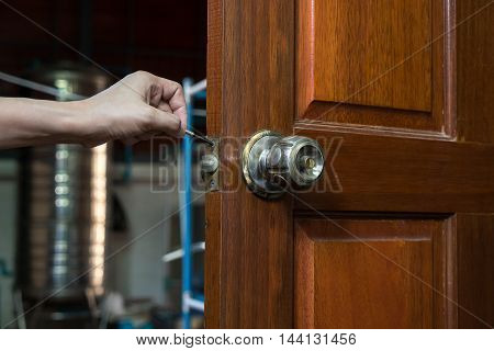 locksmith for repair lockpicker on wood door