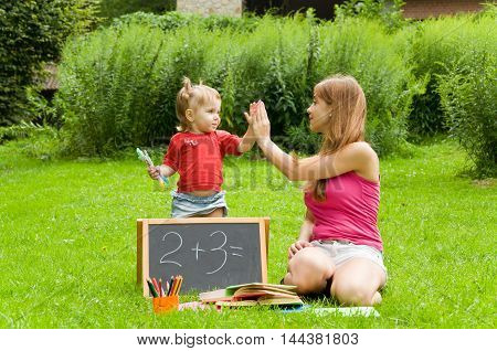 Mom teaches daughter count. Early child development