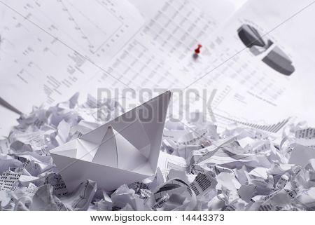 Business-Konzept von Papierboot und Dokumenten