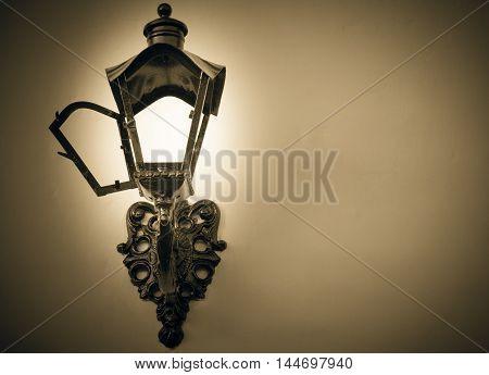luminária estilo colonial na parede a noite
