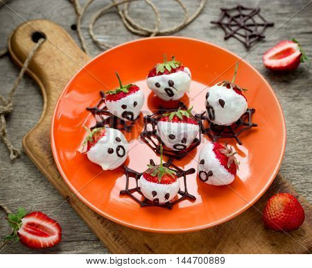 Chocolate strawberry ghosts - sweet and healthy halloween snack selective focus