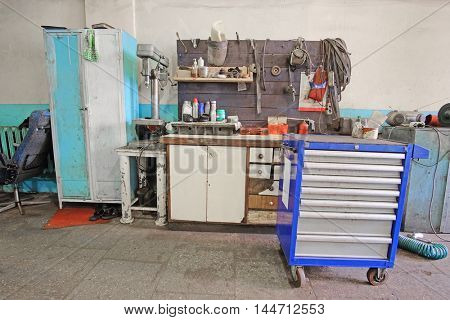 Working place in a car repair station