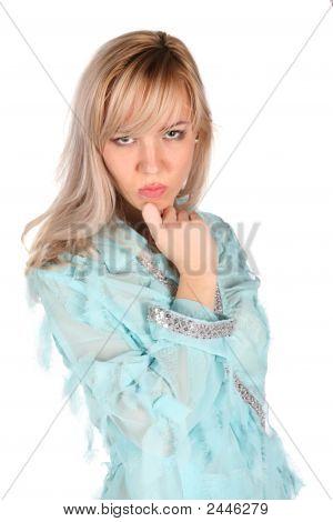 ernsthafte Mädchen in Cyan Bluse auf weiß 2