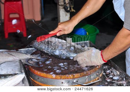cleaning fish scale in the wet narket