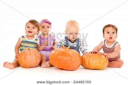 Gruppe der schöne Babys mit Reife Kürbisse, isoliert