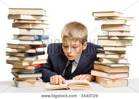 Der junge und einen Haufen Bücher