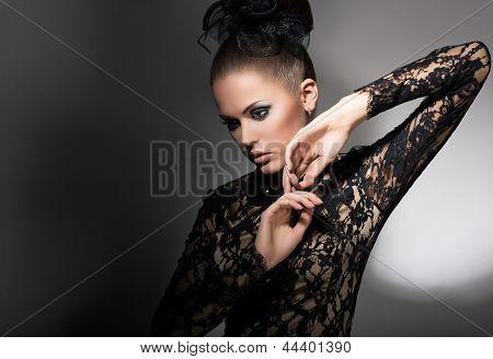 Weiblichkeit. Attraktive stilisierte Frau im schwarzen Kleid mit Bow-Knoten. Reinlichkeit