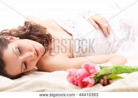 Studio Foto einer Braut, die auf dem Boden liegend