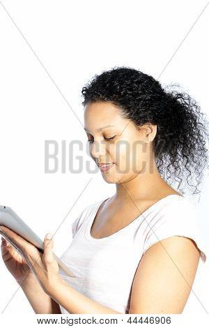 Attraktive Frau, die ihr Tablettbildschirm lesen